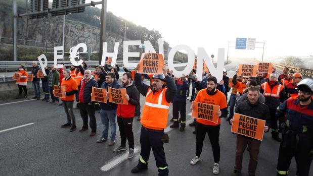 Protesta de los trabajadores de Alcoa contra el cierre de la planta