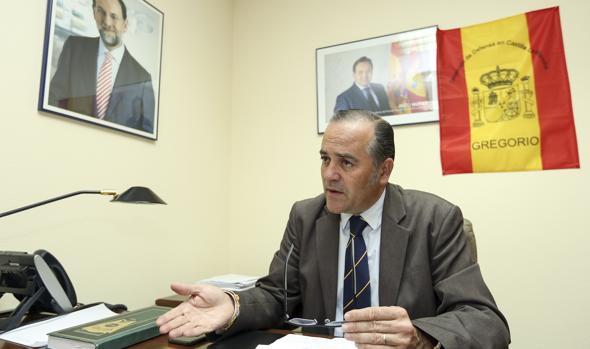 José Julián Gregorio posa para ABC en la sede del PP en Toledo