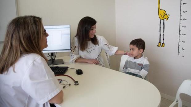 La doctora Rives, con Marina y Álvaro, este jueves