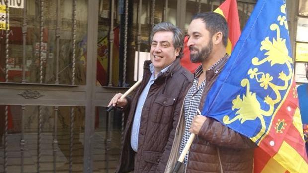 Largas colas en la calle tres horas antes del mitin de Vox hoy en Valencia con Santiago Abascal