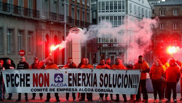 Protesta de los trabajadores de Alcoa, en el mitin de Feijóo ayer en La Coruña