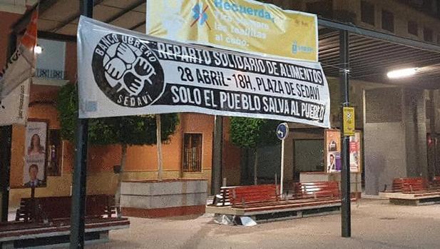La pancarta que ha colocado el Banco Obrero en la plaza de Sedaví