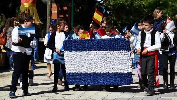 Un grupo de niños portó una bandera de Talavera de la Reina