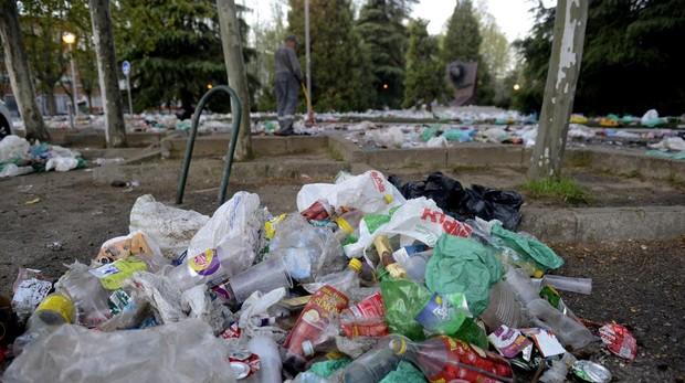 Residuos acumulados en el campus de la Complutense tras la celebración de San Cemento