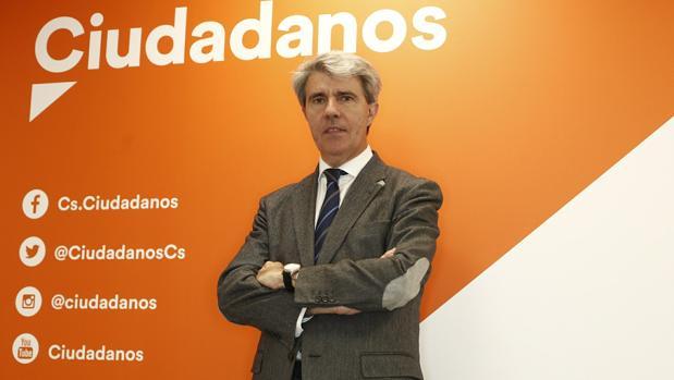 Ángel Garrido, posando ante un cartel de su nueva formación, Ciudadanos, el 26 de abril