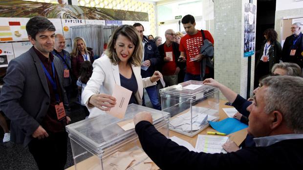 Yolanda Díaz, diputada electa por Pontevedra, acudió a votar acompañada por el alcalde de Ferrol