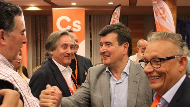 Fernando Giner, portavoz municipal de Ciudadanos, celebrando los resultados de las elecciones