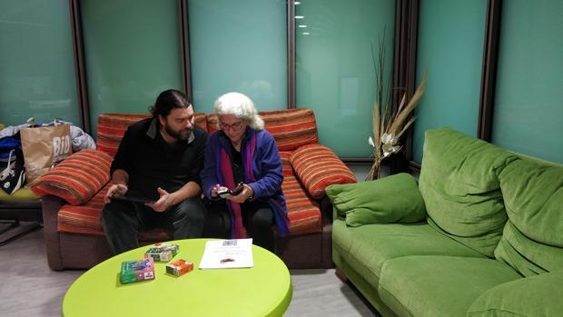 Dos vecinos de Madarcos aprenden a usar los dispositivos