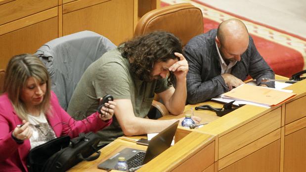 Luís Villares, Antón Sánchez y Carmen Santos, este lunes, cabizbajos durante el Pleno