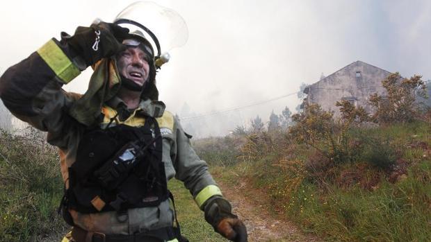 Un brigadista en el incendio de Rianxo este marzo