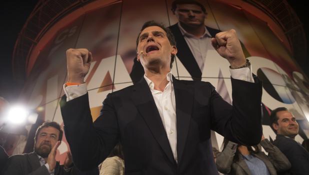 Albert Rivera celebra su victoria la noche electoral