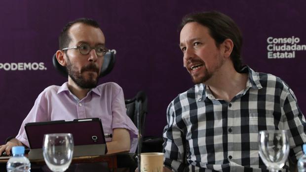 El secretario general de Podemos, Pablo Iglesias (d), junto al secretario de organización del partido, Pablo Echenique (i), durante el Consejo Ciudadano Estatal (CEE