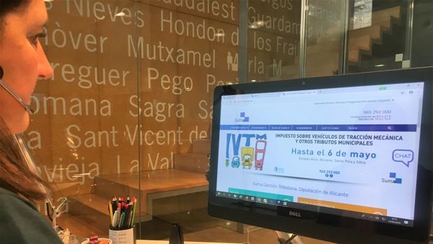 Una empleada de Suma consulta la web del organismo con la información sobre el periodo de pago voluntario del impuesto de vehículos