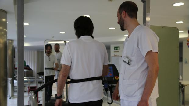 Un paciente se recupera de un ictus en la unidad de Neurorrehabilitación