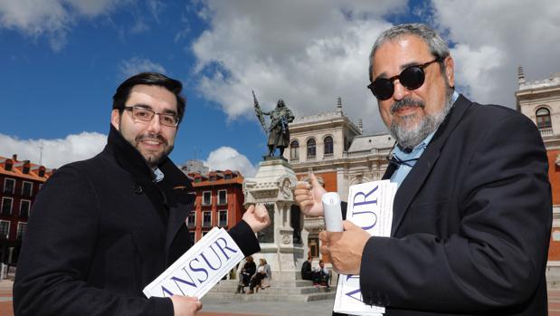 Ernesto Monsalve y Carlos Aganzo, con el libreto de mano de la cantata, frente a la estatua del Conde Ansúrez en la Plaza Mayor de Valladolid