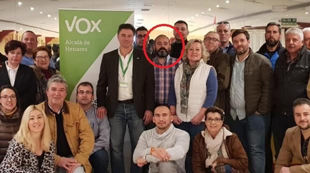 Jorge Bonito, en el centro de la imagen, rodeado de sus compañeros de partido en Alcalá de Henares