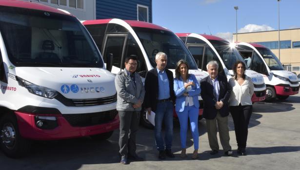 Milagros Tolón con algunos de sus concejales visitan los microbuses