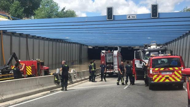Bomberos realizan tareas de extracción de agua en el túnel inundado de la M-14 de Madrid