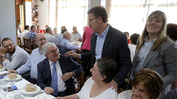 Alberto Núñez Feijóo saluda a los asistentes al mitin de Melide