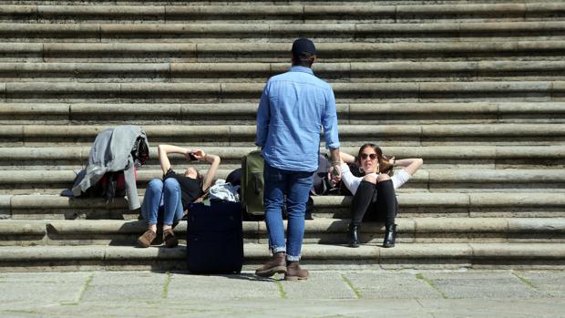 Un grupo de personas disfrutando de un día de sol en el casco histórico de Santiago