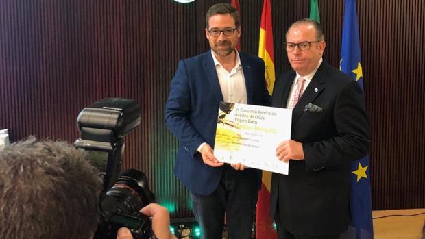 El alicantino Joaquín Selma, recibiendo el premio en Córdoba
