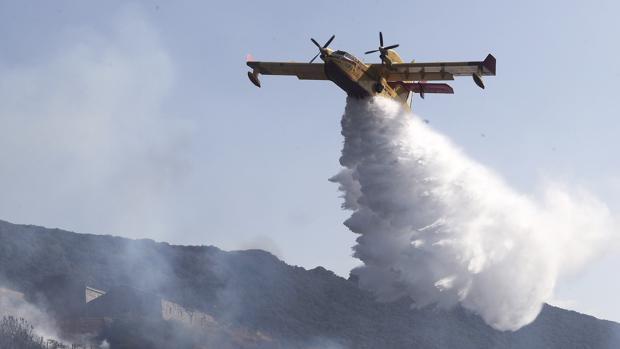 Tres medios aéreos están interviniendo en la extinción del incendio