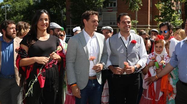Begoña Villacís, junto a Albert Rivera e Ignacio Aguado, en la pradera de San Isidro
