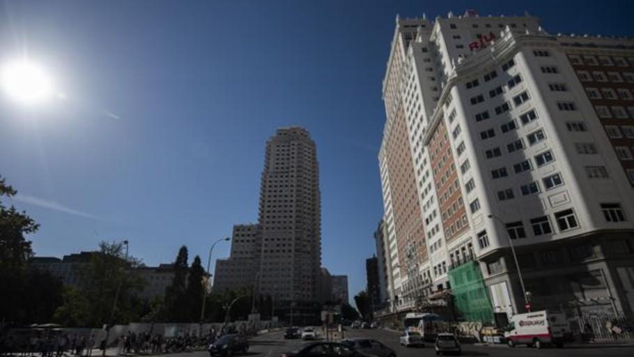 El Edificio España descubre su fachada, tras 19 meses cubierto, en plena campaña electoral