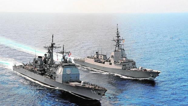 A la derecha, la fragata española F-102 junto a un destructor estadoundiense, en maniobras