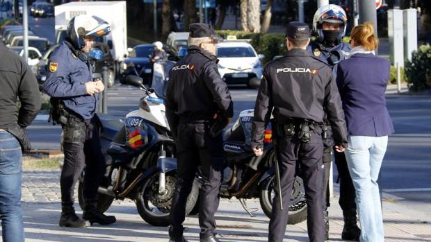 Agentes de la Policía Nacional hablando con una mujer