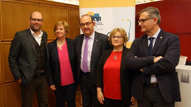 Miembros de la SEMG, acompañados por el alcalde Martiño Noriega, durante la presentación del congreso