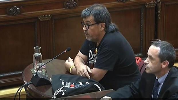 Jordi Pesarrodona junto a su abogado durante sy declaración como testigo en el juicio del procés