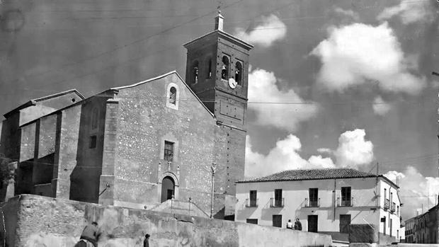 Antigua fotografía de la iglesia de Santa María Magdalena, en la plaza de La Torre de Esteban Hambram, localidad conmocionada por el asesinato de Eulalio Domínguez