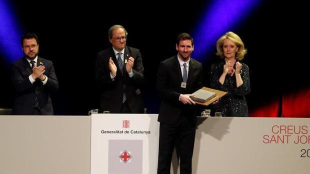 Messi, recibiendo la Cruz de Sant Jordi de manos de Quim Torra, hoy