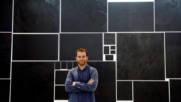 El artista Nicolás Ortigosa posa ante algunas de las obras que alberga la Fundació per Amor a l'Art en Bombas Gens