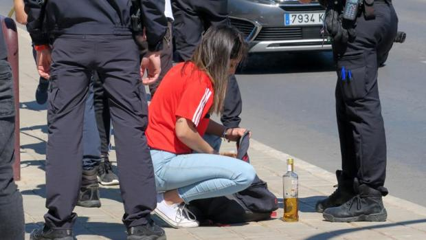 Policías intervienen alcohol a jóvenes practicando botellón