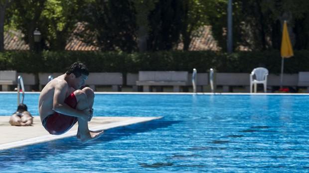 Un joven se lanza a la piscina de Aluche