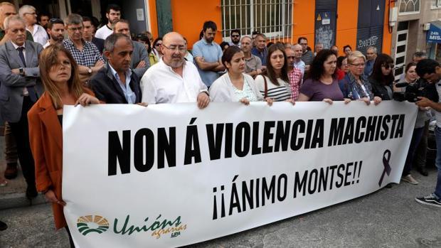Concentración en la sede del sindicato Unións Agrarias en el que trabajaba la víctima