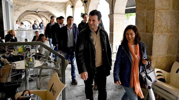 Caballero junto a la candidata del PSOE en Betanzos