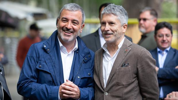 El candidato del PSC a la Alcaldía de Barcelona, Jaume Collboni, y el ministro de Interior en funciones, Fernando Grande-Marlaska, presentes en el acto del PSC con vecinos y entidades celebrado en el Raval