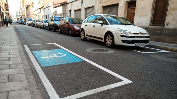 La plaza de aparcamiento para discapacitados pintada el día de la visita de Ximo Puig
