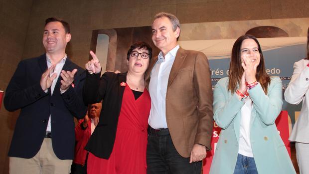 El expresidente del Gobierno José Luis Rodríguez Zapatero(CD), la alcaldesa y candidata de San Andrés del Rabanedo, Camino Cabañas