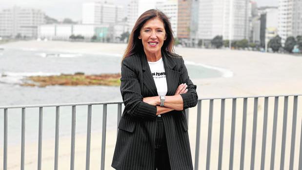 Beatriz Mato posa para ABC con la playa de Riazor a sus espaldas, el pasado jueves