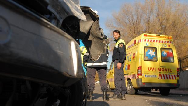 Dos jóvenes de 27 y 28 años mueren en el acto al chocar contra un autobús en Guadarrama