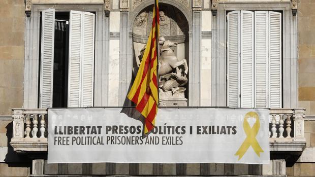 La simbología política cuelga de muchos edificios públicos en Cataluña, en la imagen el Palau de la Generalitat