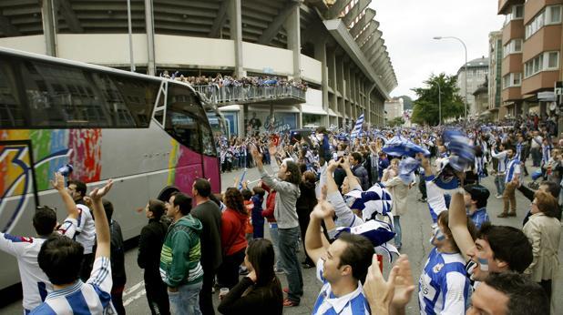 Aficionados a la llegada de su equipo a Riazor