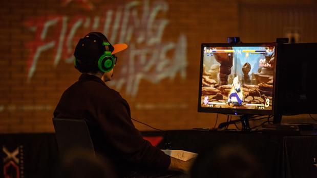 Un joven juega con un videojuego en una feria tecnológica