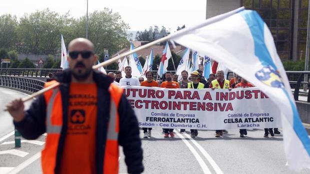 Manifestación de los trabajadores de Alcoa, Ferroatlántica y Celsa Atlántic en Santiago