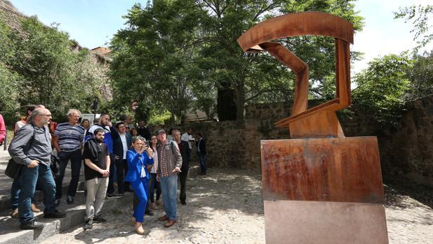 La alcaldesa de Toledo, Milagros Tolón, fotografiando una de las esculturas