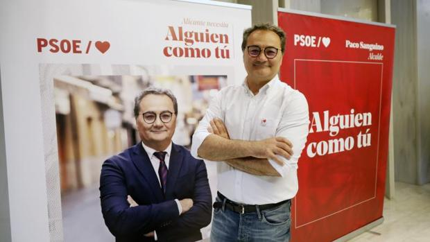 Paco Sanguino, junto a su cartel electoral en estas municipales